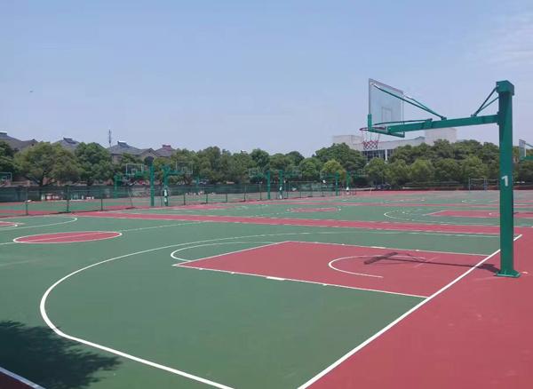 使用微型吹风机打扫网球场地